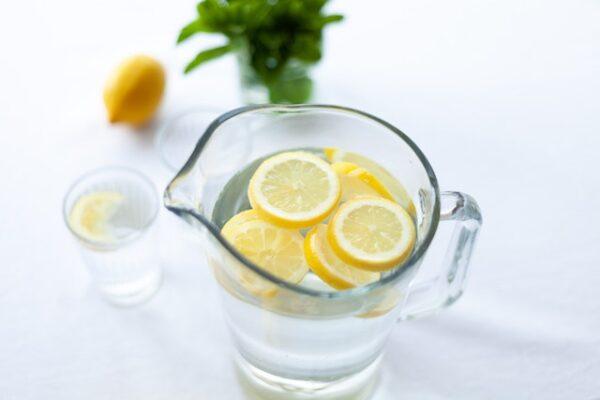 ピッチャーに入ったレモン水